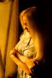 Schönes junges blondes Mädchen mit einem hübschen Gesicht und schöne Augen Drastisches Porträt einer Frau in der Dunkelheit Träum Stockfotografie