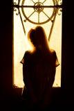 Schönes junges blondes Mädchen mit einem hübschen Gesicht und schöne Augen Drastisches Porträt einer Frau in der Dunkelheit Träum Lizenzfreie Stockfotos