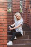 Schönes junges blondes Mädchen mit einem hübschen Gesicht und einem schönen Lächeln mustert Porträt einer Frau mit dem langen Haa Lizenzfreies Stockfoto
