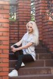 Schönes junges blondes Mädchen mit einem hübschen Gesicht und einem schönen Lächeln mustert Porträt einer Frau mit dem langen Haa Lizenzfreie Stockfotografie