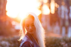 Schönes junges blondes Mädchen mit einem hübschen lächelnden Gesicht und schöne Augen Eine Frau mit dem langen Haar zerstreut ihr Lizenzfreie Stockfotografie