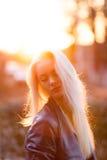 Schönes junges blondes Mädchen mit einem hübschen lächelnden Gesicht und schöne Augen Eine Frau mit dem langen Haar zerstreut ihr Stockbilder