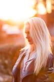 Schönes junges blondes Mädchen mit einem hübschen lächelnden Gesicht und schöne Augen Eine Frau mit dem langen Haar zerstreut ihr Stockbild