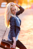 Schönes junges blondes Mädchen mit einem hübschen lächelnden Gesicht und schöne Augen Porträt einer Frau mit dem langen Haar und  Lizenzfreies Stockbild