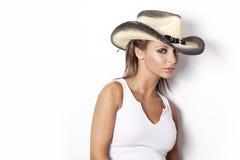 Schönes junges blondes Mädchen mit einem Hut Lizenzfreies Stockfoto