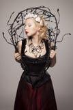 Schönes junges blondes Mädchen mit schwarzen Rissen Lizenzfreie Stockfotos