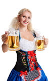 Schönes junges blondes Mädchen trinkt aus oktoberfest Bier heraus Stockfoto