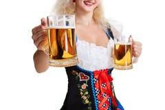 Schönes junges blondes Mädchen trinkt aus oktoberfest Bier heraus Lizenzfreie Stockfotos