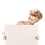 Schönes junges blondes Mädchenholdingleerzeichen stockbilder