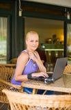 Schönes junges blondes, Spaß mit Laptop habend. Lizenzfreie Stockfotos
