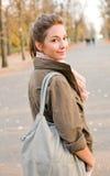 Schönes junges Brunettekursteilnehmermädchen draußen. Stockfoto
