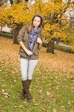 Schönes junges Brunettemädchen im Park. Stockbild