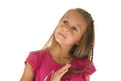 Schönes junges Brunettemädchen im Rosa, das oben schaut Lizenzfreies Stockfoto