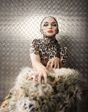 Schönes junges europäisches Modell in Katze Make-up und bodyart Lizenzfreies Stockbild