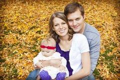 Schönes junges Familien-Portrait Lizenzfreie Stockfotos