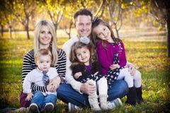 Schönes junges glückliches Familien-Portrait stockfoto