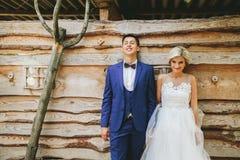Schönes junges Hochzeitspaar steht nahes Haus Stockbilder