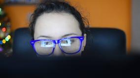 Schönes junges jugendlich usin Tablet-Computer-mit Berührungseingabe Bildschirm, Transportwagentrieb stock video