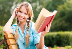 Schönes junges Kursteilnehmermädchen-Lesebuch Stockfotografie