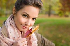 Schönes junges lächelndes Brunettemädchen. Lizenzfreie Stockbilder
