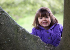 Schönes junges lachendes Mädchen, wie sie Natur genießt Lizenzfreie Stockfotografie