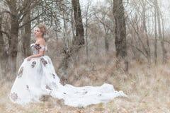 Schönes junges ladyite Kleid im Wald, Berufsmake-up Lizenzfreie Stockfotos