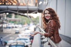 Schönes junges Mädchen auf der Straße mit Schlüsseln vom Auto Stockfoto