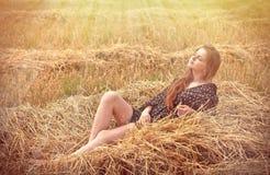 Schönes junges Mädchen auf der Wiese lizenzfreies stockfoto
