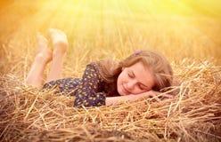 Schönes junges Mädchen auf der Wiese lizenzfreie stockbilder