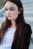 Schönes junges Mädchen auf einer Stadtstraße Angekleidet in der Art der Männer Lizenzfreies Stockfoto