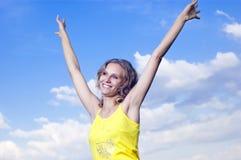 Schönes junges Mädchen auf Hintergrundwolken Stockbilder