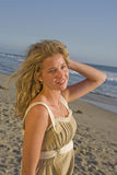 Schönes junges Mädchen auf Strand Lizenzfreie Stockfotografie