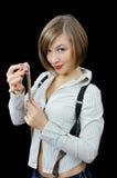 Schönes junges Mädchen bereitet sich zum Billiard vor stockbilder