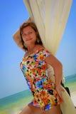 Schönes junges Mädchen, das auf dem Strand aufwirft Lizenzfreie Stockbilder