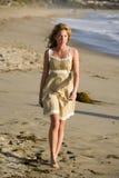 Schönes junges Mädchen, das auf den Strand geht Lizenzfreie Stockbilder