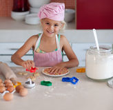Schönes junges Mädchen, das in der Küche arbeitet Stockfotos