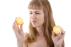 Schönes junges Mädchen, das eine saure Zitrone getrennt anhält Lizenzfreies Stockbild