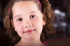 Schönes junges Mädchen, das friedlich der Kamera betrachtet Lizenzfreie Stockbilder
