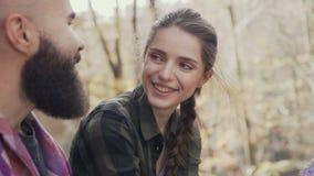 Schönes junges Mädchen, das glücklich, zu einem schönen Kerl trägt einen Bart lacht Autumn Walking Youth
