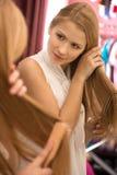 Schönes junges Mädchen, das Haar kämmt Stockfoto