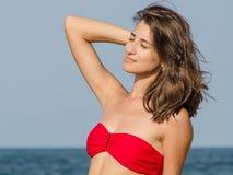 Schönes junges Mädchen, das im Badeanzug aufwirft Stockbilder