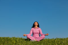 Schönes junges Mädchen, das im Park meditiert Stockfoto