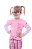 Schönes junges Mädchen, das mit dem Glaslächeln steht Stockfotos