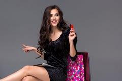 Schönes junges Mädchen, das mit Kreditkarte für zahlt Lizenzfreie Stockfotografie
