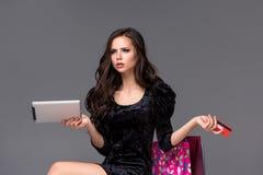 Schönes junges Mädchen, das mit Kreditkarte für zahlt Lizenzfreies Stockfoto