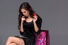 Schönes junges Mädchen, das mit Kreditkarte für zahlt Stockbilder