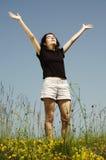 Schönes junges Mädchen, das Sonnenschein genießt Stockbilder