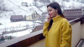 Schönes junges Mädchen, das am Telefon spricht stock video