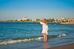 Schönes junges Mädchen, das zum Meer schaut Lizenzfreies Stockbild