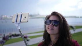 Schönes junges Mädchen in der Sonnenbrille macht Foto auf selfie Stock HD, 1920x1080 Langsame Bewegung stock footage